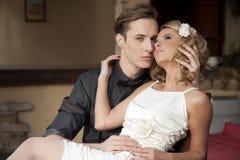 Portrait de jeunes couples dans la pose d'amour Photographie stock