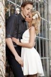 Portrait de jeunes couples dans la pose d'amour Images stock