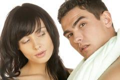 Portrait de jeunes couples dans la salle de bains Photographie stock