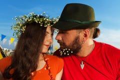 Portrait de jeunes couples embrassant contre le ciel bleu Images libres de droits