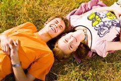 Portrait de jeunes couples espiègles d'amour ayant l'amusement Photos libres de droits