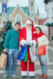 Portrait de jeunes couples et Santa Claus Images libres de droits