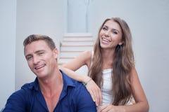 Portrait de jeunes couples gentils dans la maison d'été Photographie stock