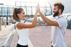 Portrait de jeunes couples heureux attrayants de forme physique images stock
