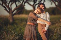 Portrait de jeunes couples heureux ayant l'amusement dans un parc photos stock