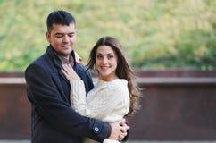Portrait de jeunes couples heureux dans l'amour au parc Photos libres de droits