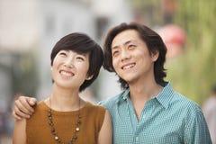 Portrait de jeunes couples heureux dans Nanluoguxiang, Pékin, Chine Images stock