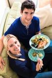 Portrait de jeunes couples heureux mangeant de la nourriture asiatique traditionnelle à Photo stock