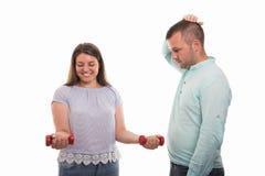 Portrait de jeunes couples heureux montrant les haltères rouges photos libres de droits