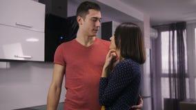 Portrait de jeunes couples heureux prenant des touches début d'écran banque de vidéos