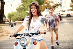 Portrait de jeunes couples heureux sur le scooter appréciant le voyage par la route Photos stock