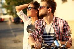 Portrait de jeunes couples heureux sur le scooter appréciant le voyage par la route Photo libre de droits