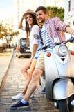 Portrait de jeunes couples heureux sur le scooter appréciant le voyage par la route Photographie stock libre de droits