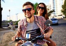 Portrait de jeunes couples heureux sur le scooter appréciant le voyage par la route Images libres de droits