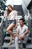 Portrait de jeunes couples modernes dans l'amour, posant dehors dans la rue de ville Photos stock