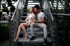 Portrait de jeunes couples modernes dans l'amour, posant dehors dans la rue de ville Photo libre de droits