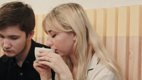 Portrait de jeunes couples parlant sérieusement et café potable à un café Photos libres de droits