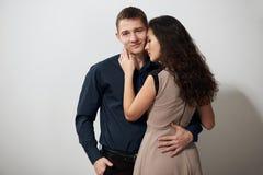Portrait de jeunes couples posant sur le fond blanc, concept d'amour Photo stock