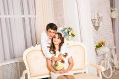 Portrait de jeunes couples romantiques attrayants étreignant et embrassant Mode de vie d'amour et de relations, chambre à coucher Photos stock