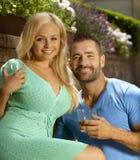Portrait de jeunes couples romantiques datant dehors Photo stock