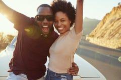 Portrait de jeunes couples se tenant à côté de la voiture classique photographie stock libre de droits