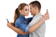 Portrait de jeunes couples se tenant ensemble et ignorant chacun transhorizon Photo libre de droits