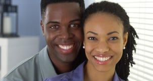 Portrait de jeunes couples se tenant regardant l'appareil-photo photographie stock libre de droits