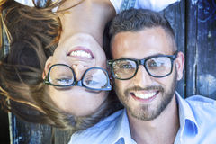 Portrait de jeunes couples se trouvant sur le banc en bois Images libres de droits