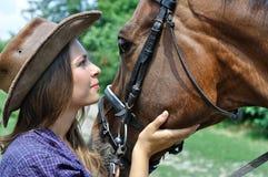 Portrait de jeunes cow-girl et cheval Photos stock