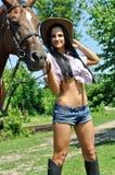 Portrait de jeunes cow-girl et cheval Image libre de droits
