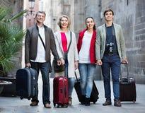 Portrait de jeunes et mûrs ajouter aux bagages Photo libre de droits