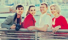 Portrait de jeunes et mûrs couples se reposant sur la promenade Photo libre de droits