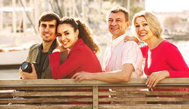 Portrait de jeunes et mûrs couples se reposant sur la promenade Image stock