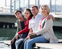 Portrait de jeunes et mûrs couples se reposant sur la promenade photo stock