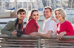 Portrait de jeunes et mûrs couples se reposant sur la promenade Images libres de droits