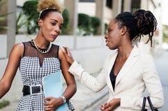 Portrait de jeunes femmes d'affaires parlant entre eux image stock
