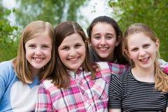 Portrait de jeunes filles ayant l'amusement dans le parc ensemble Photo libre de droits