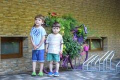 Portrait de jeunes garçons de sourire dans la chemise rayée en parc à la soirée Photographie stock