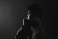 Portrait de jeunes hommes asiatiques tristes tristesse image libre de droits