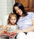Portrait de jeunes mère et fille de sourire à la maison, famille heureuse ayant ensemble l'amusement, concept de personnes de mod Photo libre de droits