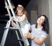 Portrait de jeunes mère et fille de sourire à la maison, famille heureuse ayant ensemble l'amusement, concept de personnes de mod Photos libres de droits