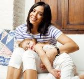 Portrait de jeunes mère et fille de sourire à la maison, famille heureuse ayant ensemble l'amusement, concept de personnes de mod Images libres de droits