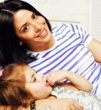 Portrait de jeunes mère et fille de sourire à la maison, fam heureux Images libres de droits