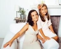 Portrait de jeunes mère et fille de sourire à la maison, fam heureux Photo libre de droits