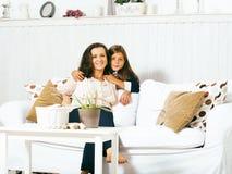 Portrait de jeunes mère et fille de sourire à la maison, fam heureux Image stock