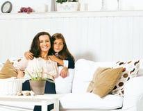Portrait de jeunes mère et fille de sourire à la maison, fam heureux Photographie stock