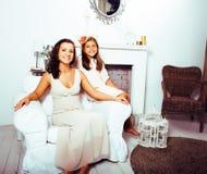 Portrait de jeunes mère et fille de sourire à la maison, fam heureux Photos stock