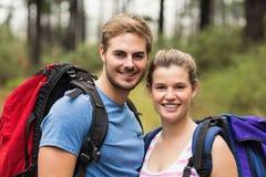 Portrait de jeunes randonneurs heureux images libres de droits