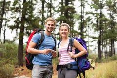 Portrait de jeunes randonneurs heureux photos stock