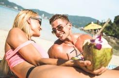 Portrait de jeunes vacances de couples ayant l'amusement sur Phuke tropical Photographie stock libre de droits